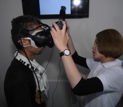 Mr. Sato indossa il VR