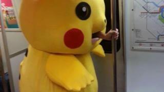 Una persona vestita da Pikachu