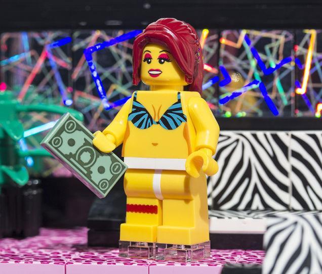 Una delle spogliarelliste del Lego Strip Club