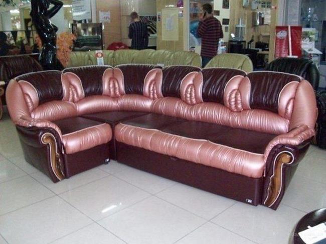 Un divano con delle forme che ricordano organi sessuali femminili