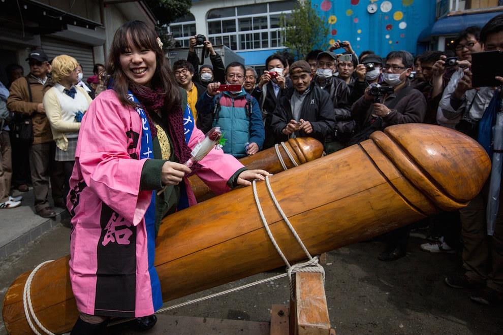 Fanciulla a cavallo di un gigantesco pene di legno