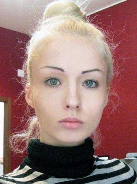 Modella che vuole somigliare a Barbie