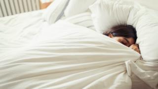 Una donna continua a dormire: non è pigra, ci tiene alla sua salute!
