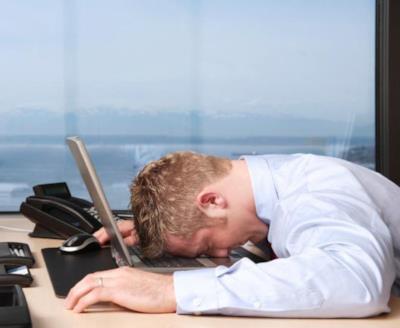 Un uomo riposa dormendo sul PC