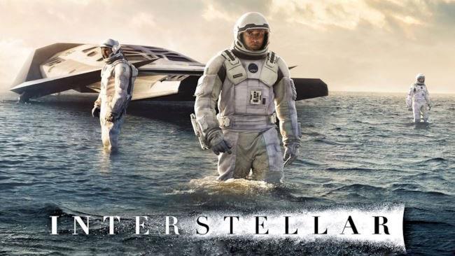 Tre personaggi di Interstellar sul primo pianeta.