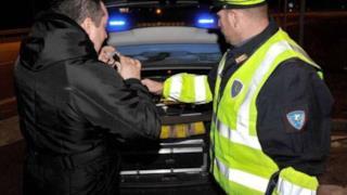 Un automobilista viene sottoposto all'alcol test