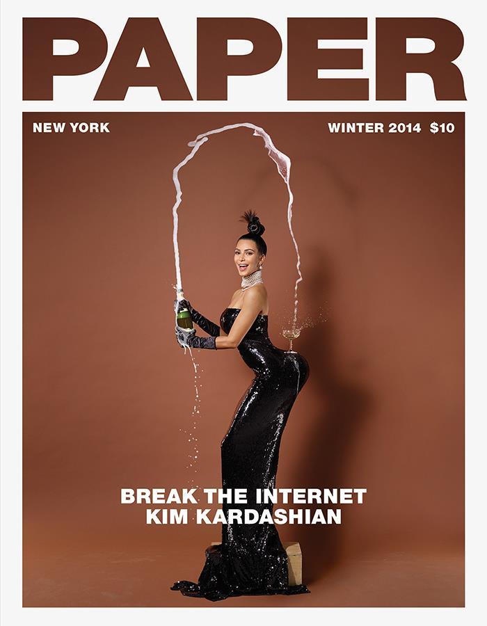 Kim Kardashian con un bicchiere in bilico sul sedere