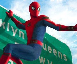 Spider-Man aggrappato ad un cartello stradale