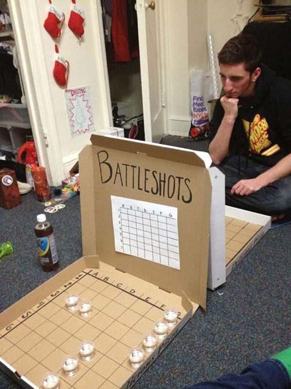 Due ragazzi giocano alla battaglia navale alcolica.
