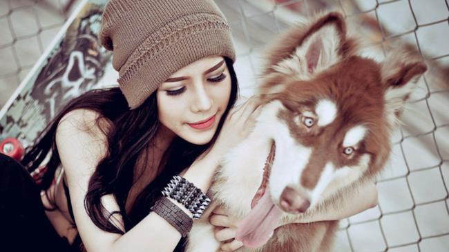 Una ragazza col suo cane: i candidati ideali per il social petwork