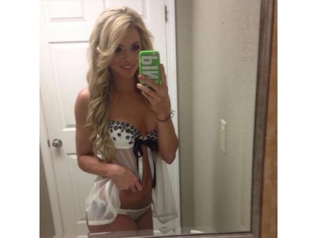 Selfie di una ragazza allo specchio