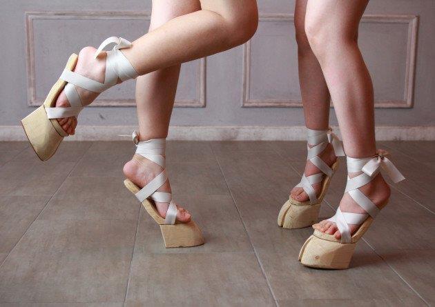 I sandali a zoccolo sono disponibili con nastro bianco, nero o rosso