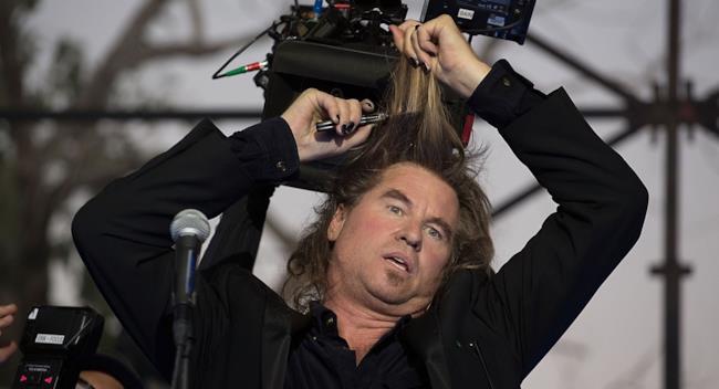 Val Kilmer si taglia i capelli
