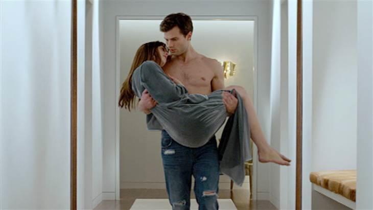 Christian e Anastasia in una scena del film Cinquanta Sfumature di Grigio