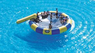 Gommone nella piscina più grande del mondo
