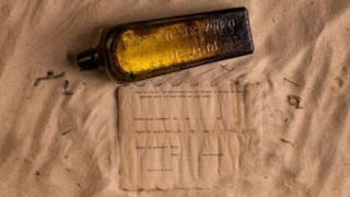 L'antica bottiglia e il messaggio ritrovato al suo interno