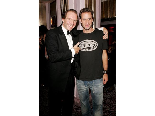 L'attore Ralph Fiennes e suo fratello