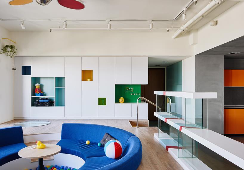 Il soggiorno dell'abitazione ispirata ai mattoncini LEGO.