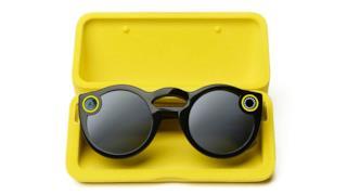 Snapchat Spectacles nella loro custodia gialla