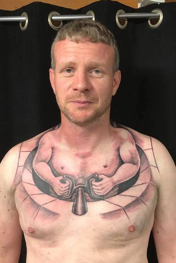 Un tatuaggio brutto sul petto - I peggiori tatuaggi mai realizzati