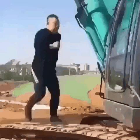 Un uomo corre sul cingolo di una ruspa - Le GIF più divertenti da scaricare e condividere su Facebook e WhatsApp