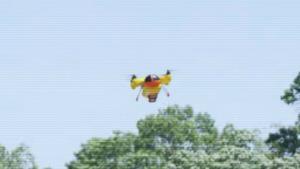 Drone volante che consegna hot dogs in volo
