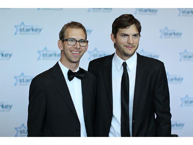 Ashton Kutcher assieme a suo fratello