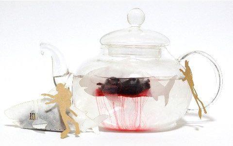 La busta di tè a forma di squalo