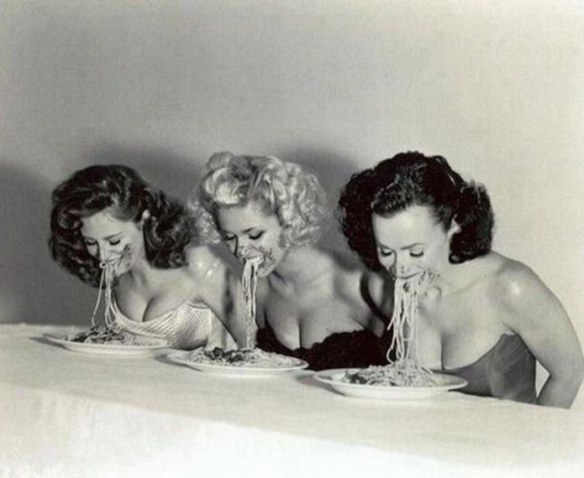 Immagine che raffigura una gara di mangiatrici di spaghetti