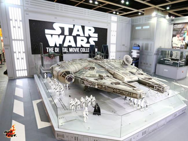 Il Millennium Falcon di Hot Toys in un'immagine ufficiale