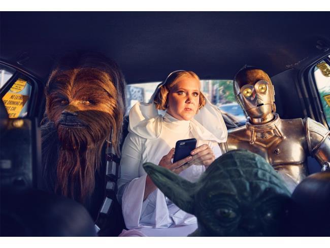 Amy Schumer in auto con Chewbacca, C-3PO e Yoda