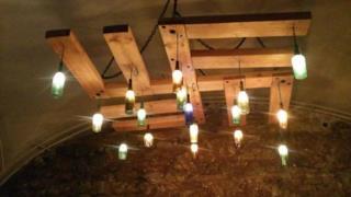 Un lampadario che ricorda la forma di una svastica