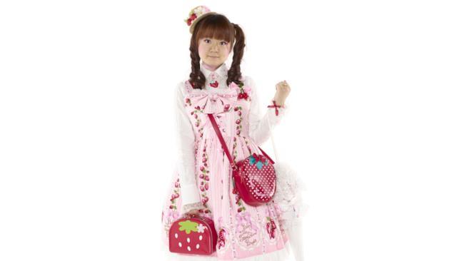 Una bambola viva con le fragole sul vestito
