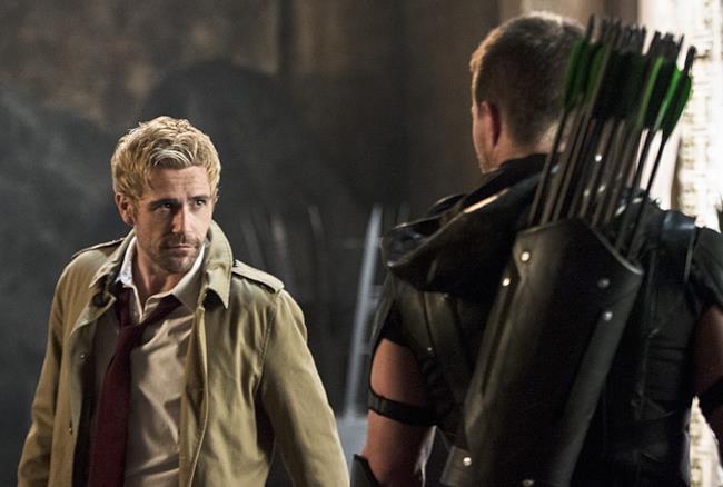 John Constantine e Oliver Queen nella serie TV Arrow