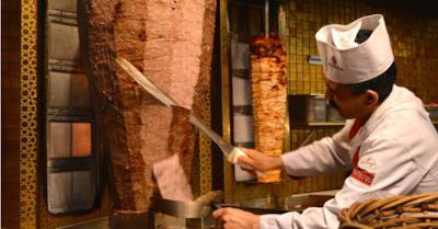 Il kebab mentre viene preparato