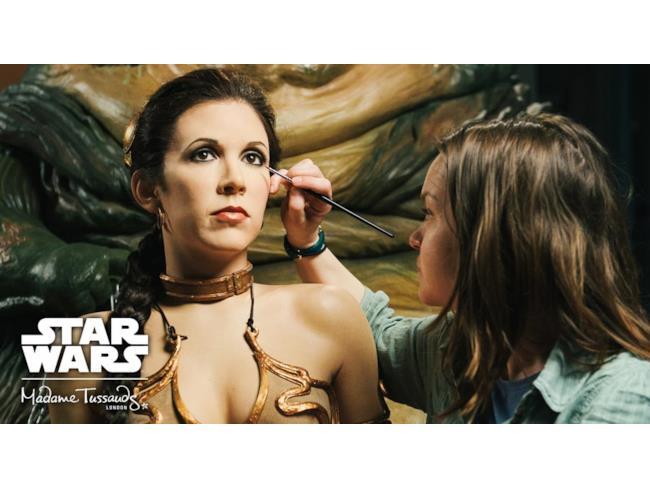 Ultimi ritocchi alla figura di cera della Principessa Leia