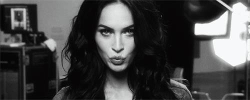GIF Megan FOx che manda un bacio