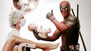 Deadpool con un neonato