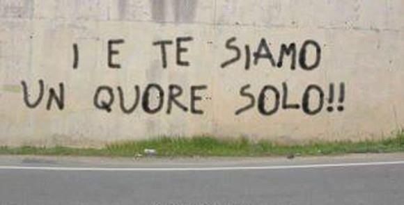 Scritta d'amore sgrammaticata su un muro