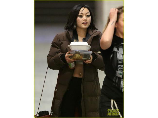 Karen Fukuhara durante una pausa delle riprese per Suicide Squad