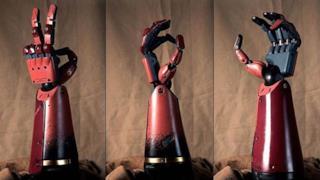 Videogiocatore senza un braccio riceve una protesi in stile Metal Gear Solid da Konami