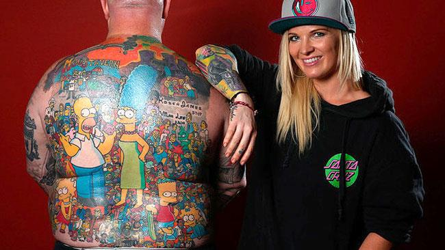 Il tatuaggio da record con 203 personaggi dei Simpson