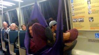 Un uomo dorme in amaca