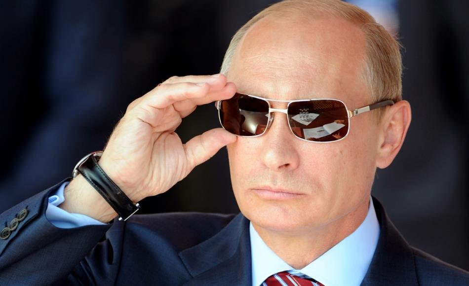 Vladimir Putin con gli occhiali da sole