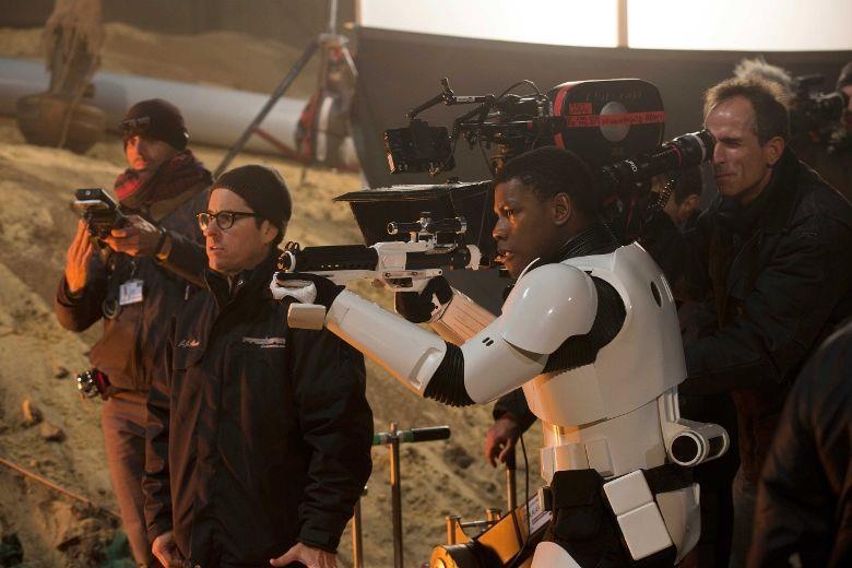 Il regista J.J. Abrams sul set di Star Wars Episodio VII - Il Risveglio della Forza