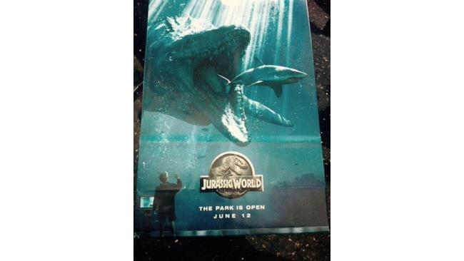 Poster di Jurassic World con lo squalo