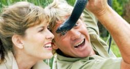 Steve Irwin e sua moglie Terri alle prese con un serpente