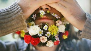 Barba con fiori colorati