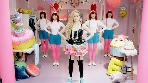 La pop star Avril Lavigne nel video di Helly Kitty