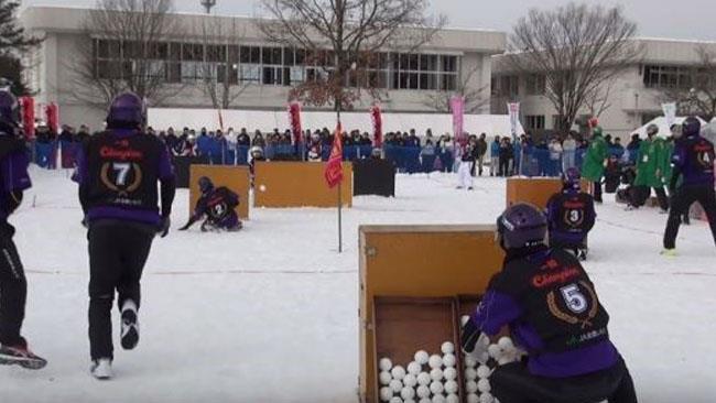 Una fase della competizione nella battaglia a palle di neve
